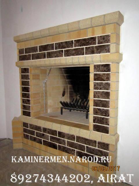 Камин кирпичный с мраморными вставками