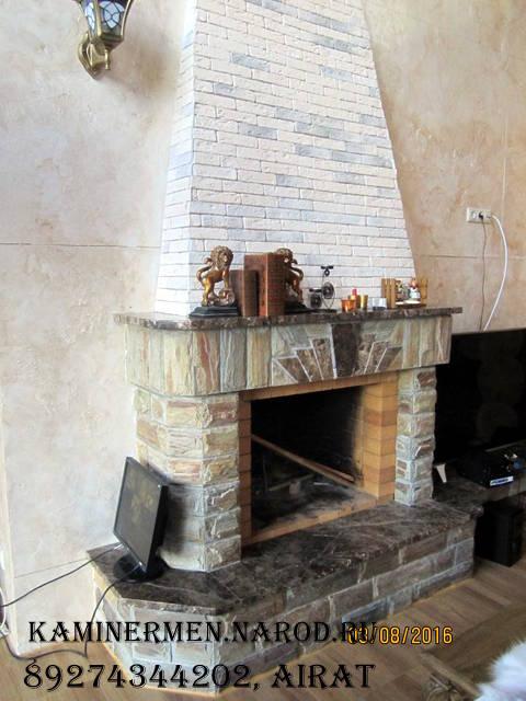 Камин кирпичный с облицовкой природным камнем в деревянном доме