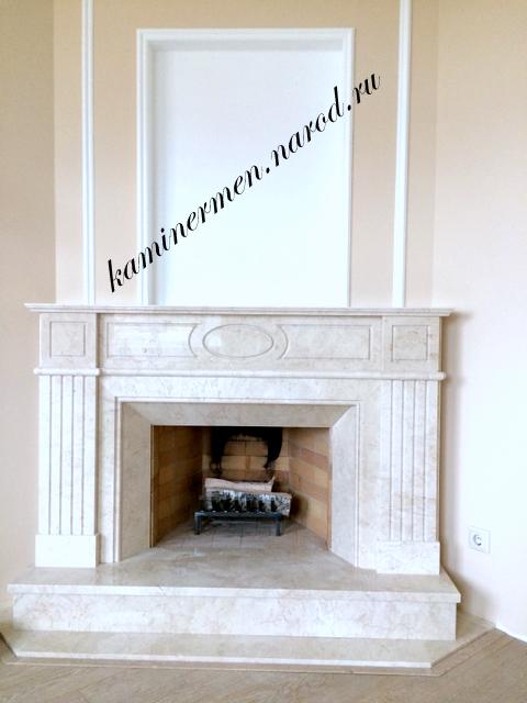 Камин в кабинете классический с мраморной облицовкой
