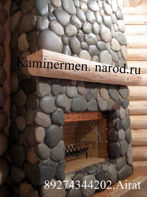 Камин угловой с облицовкой природным камнем галечником в деревянном доме