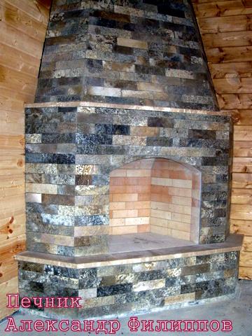 Камин кирпичный угловой с облицовкой природным камнем в Казани