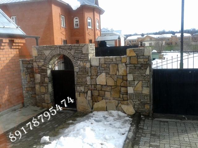 Отделка забора природным камнем в Казани